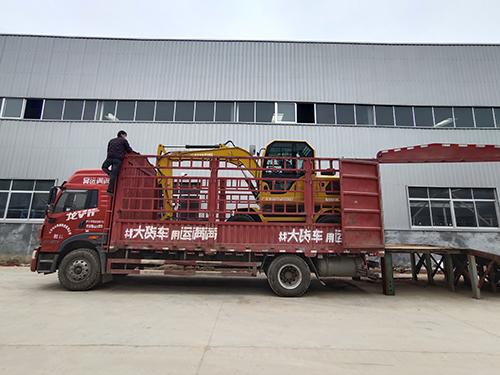 發往遼寧的山鼎輪式挖掘機90小挖機裝車