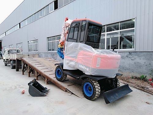 發往遼寧的輪式小挖機裝車中